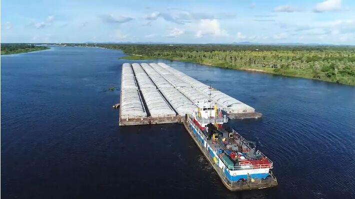 Embarcações no Rio Paraguai, entre Porto Murtinho e Ilha Margarita