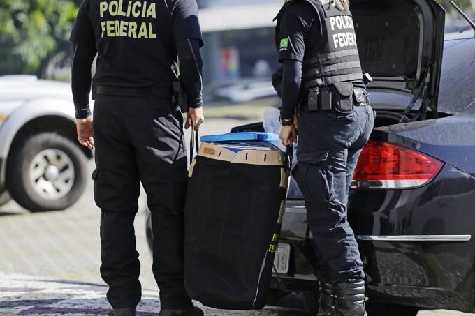 Agentes chegam a Superintendência da Polícia Federal em São Paulo, com material apreendido na Operação Boca Livre
