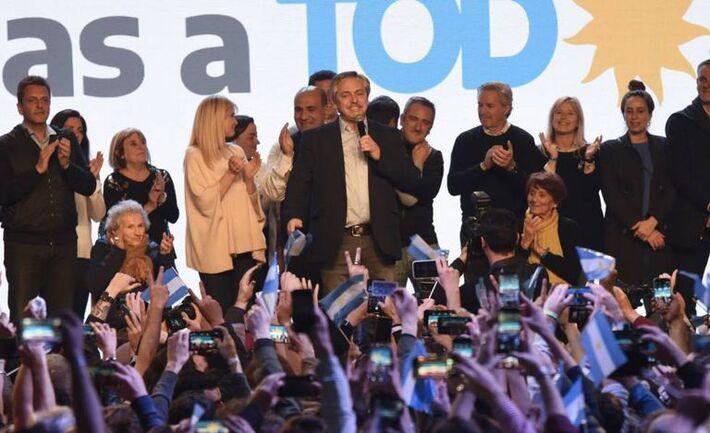 Alberto Fernández, no centro, durante a comemoração de sua vitória nas eleições primárias argentinas
