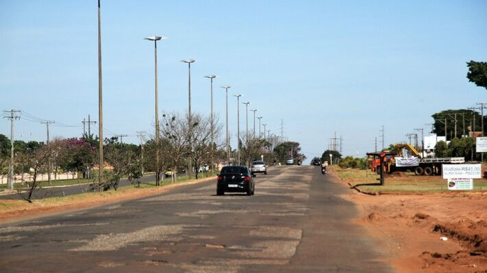 A Avenida Cônsul Assaf Trad já ganhou uma pista adicional e teve a pista bairro/centro recapeada numa extensão de 2,2 quilômetros
