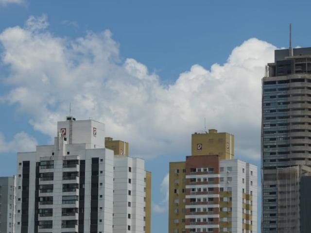 Poucas nuvens e céu azul brilhando com sol forte; às 6h desta sexta-feira (22), calorão já era sentido em Campo Grande