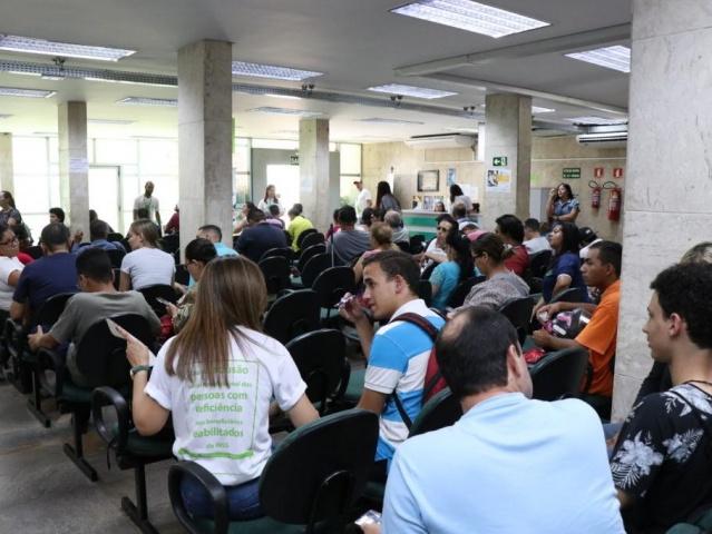 Trabalhadores aguardam atendimento na Funtrab