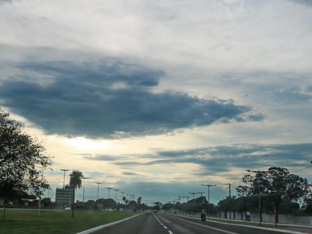 Céu amanheceu entre nuvens e a previsão é de chuva nesta terça-feira (26)