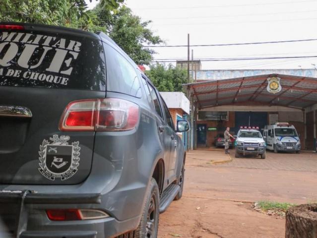 Viaturas do Batalhão do Choque em frente ao presídio, onde mandados são cumpridos