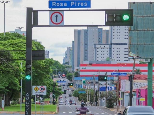Mais nuvem e menos céu no horizonte de Campo Grande na manhã desta quarta-feira (27) na Avenida Afonso Pen