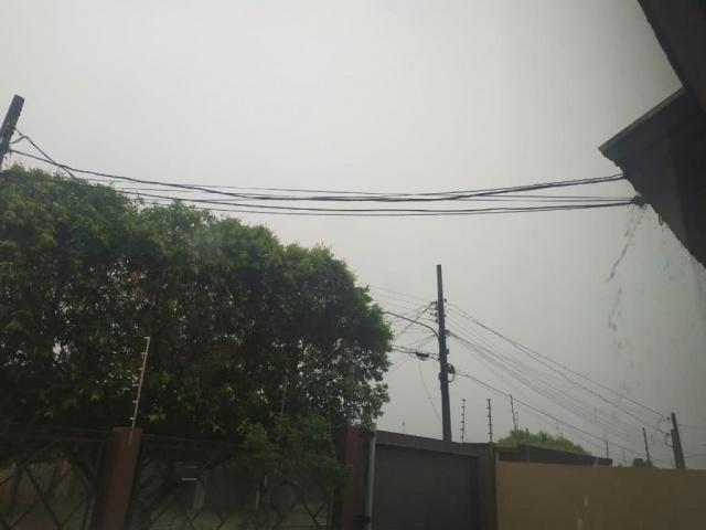 Tempo amanheceu fechado e com chuva em Dourados