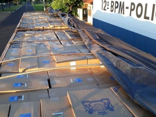 Caixas que abarrotavam o veículo apreendido pela PM. -