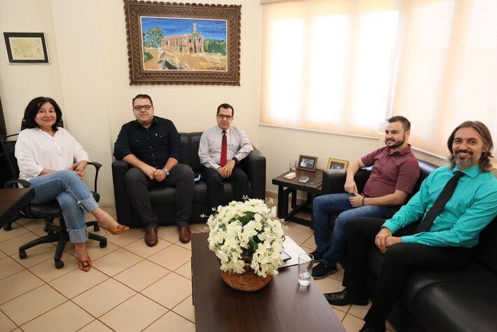 Prefeita Délia Razuk e o presidente da Câmara Alan Guedes foram recebidos pelo governador Reinaldo Azambuja no início da noite de quarta-feira