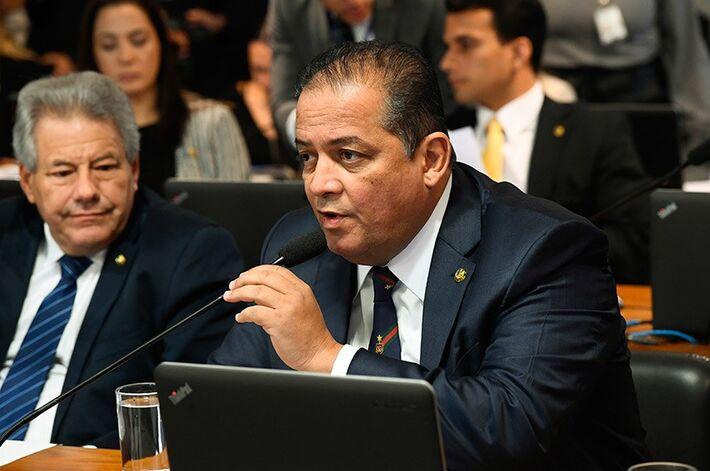 Líder do governo no Congresso, o senador Eduardo Gomes assina a PEC que prevê alterações na aplicação dos recursos orçamentários pelos estados e municípios