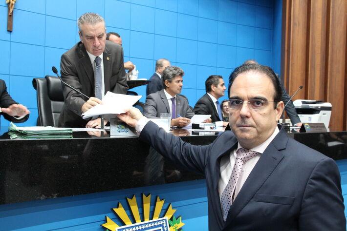 O deputado estadual Felipe Orro (PSDB), na entrega do requerimento