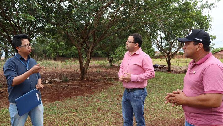 Junior Bittencourt é recebido por Hédio Fazan na chácara da Associação de Combate ao Câncer para discutir a elaboração projeto na área de agricultura urbana