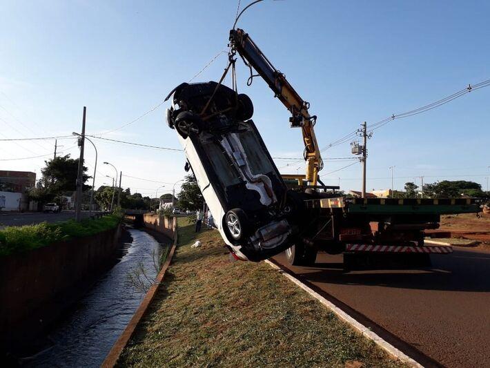 Carro é guinchado e retirado de córrego em Campo Grande após