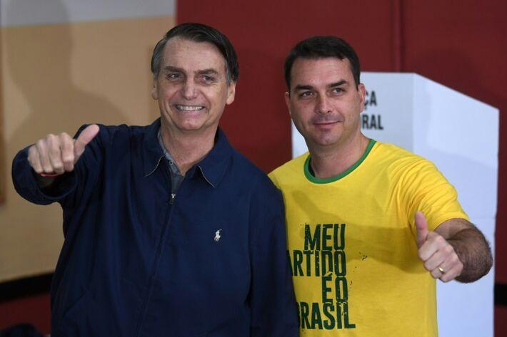 Jair Bolsonaro e seu filho Flávio