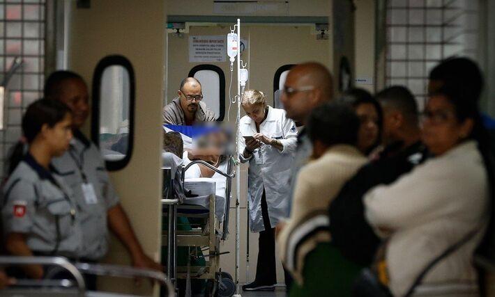 Paciente chega ao Hospital municipal Salgado Filho, no Méier, que enfrenta problemas como superlotação e falta de macas e roupas de cama: doentes são internados até no corredo
