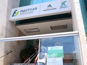 Trabalhadores chegam à Funtrab para atendimento