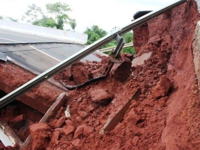 Ponte sobre o córrego Umbaraca cedeu na noite de segunda-feira (dia 16)