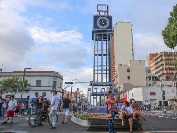 Nova 14 a poucas horas da entrega das obras para a população, com o novo relógio na esquina com Afonso Pena