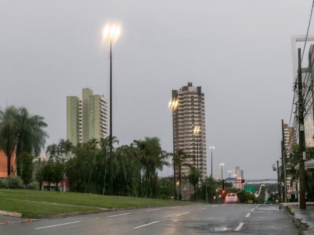 Capital amanheceu com céu nublado e chuvisco.