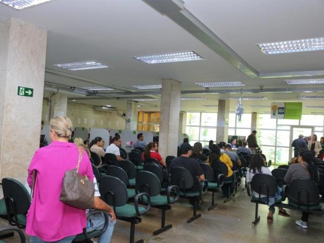 Trabalhadores aguardam ou recebem atendimento na Funtrab da Capital