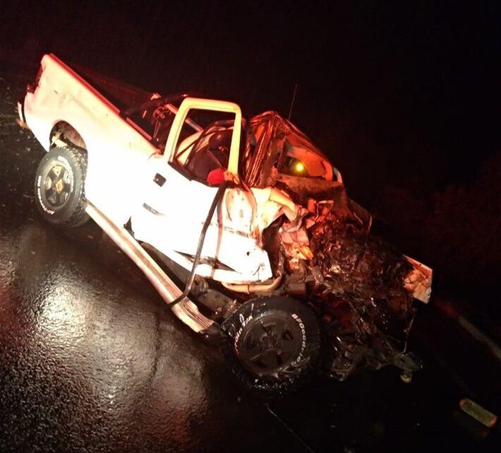 Caminhonete ficou completamente destruída com a violência da colisão com o caminhão na BR-359 em M
