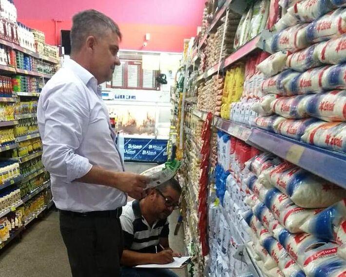Diretor do Procon, Antônio Marcos Marques, acompanhando a fiscalização em supermercado