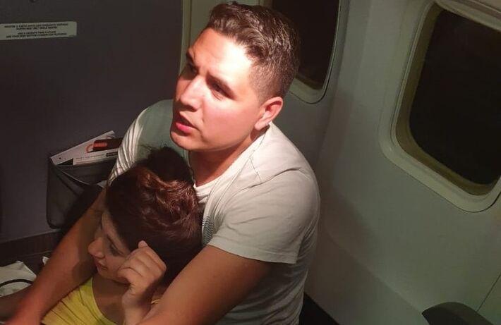 Pai e mãe da bebê durante parto dentro do avião