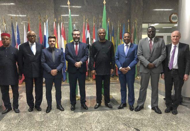 Os deputados federais e pastores evangélicos Marco Feliciano (3º da esq. à dir.) e Márcio Marinho (6º) acompanham o chanceler Ernesto Araújo em giro recente pela África.