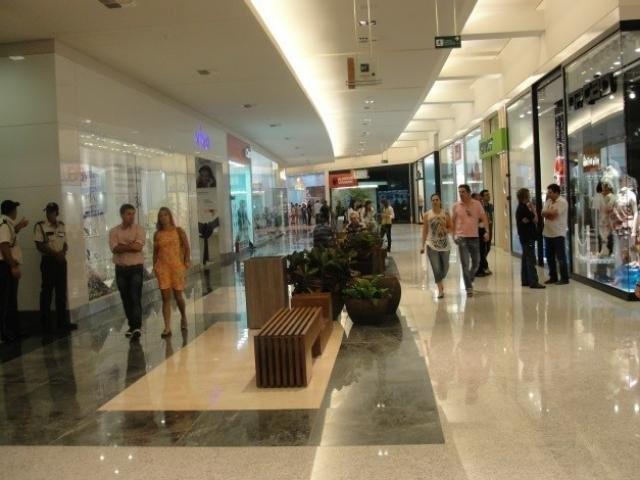 Clientes nos corredores do Shopping Campo Grande