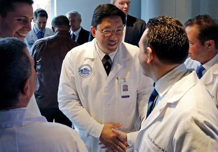 Dr. Dicken Ko fez parte da equipe do transplante