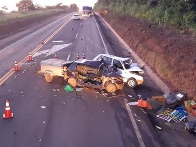 A pista interditada após a colisão entre os Fiat's
