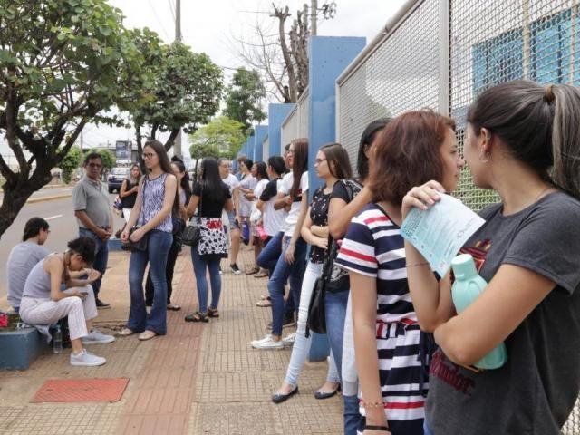 Estudantes em fila na entrada da Uniderp aguardavam para fazer o segundo dia de prova do Enem