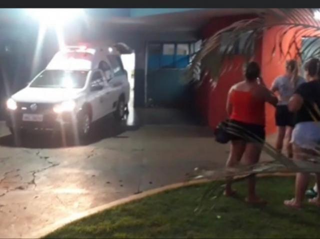Ambulância que transportou o agressor ao hospital da cidade