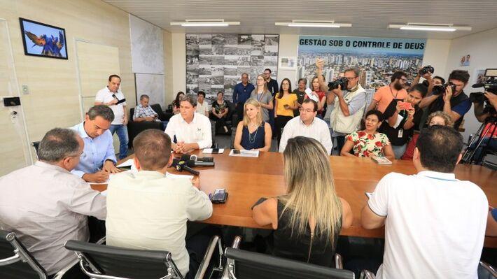 Prefeito Marquinhos Trad em assinatura de ordens de serviço em seu gabinete no Paço Municipal
