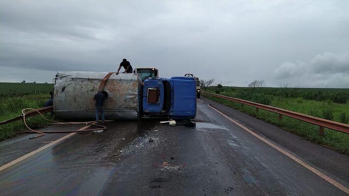 Caminhão tombou na BR-463
