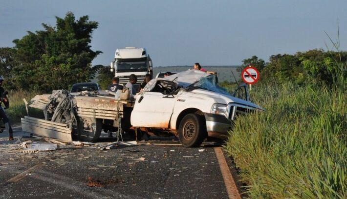 Veículo ficou com a cabine destruída