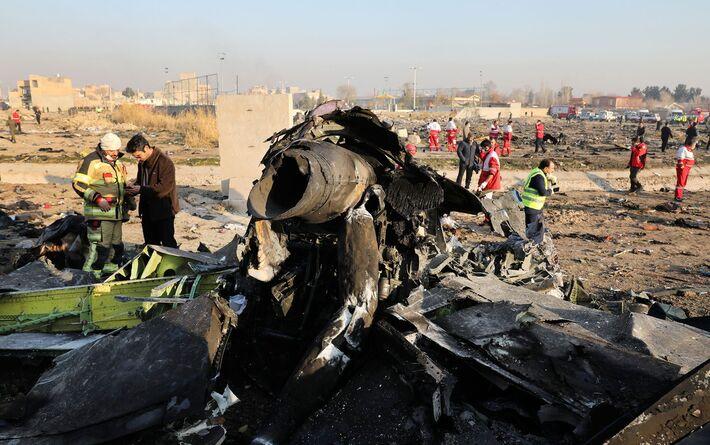 Autoridades trabalham em meio a destroços de avião que caiu em Shahedshahr, a sudoeste da capital Teerã, Irã, nesta quarta-feira (8)
