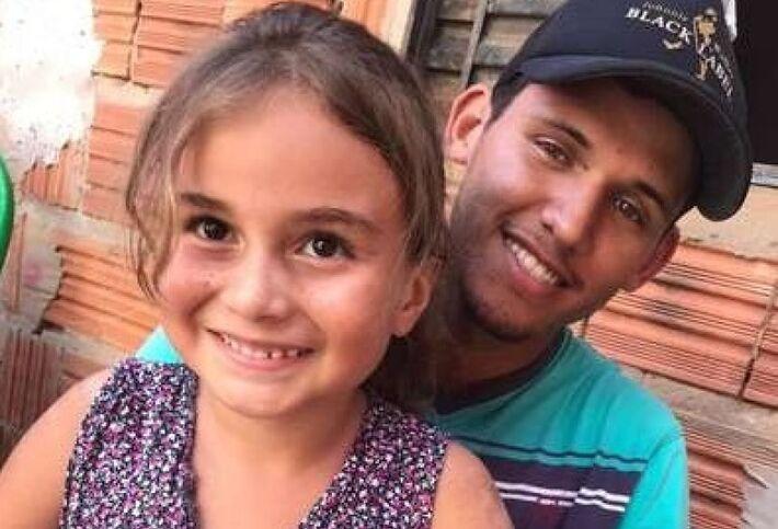 Maria Klara no colo do pai, já na casa de familiares, em Campo Grande, após ter alta do Hospital Regional de Campo Grande