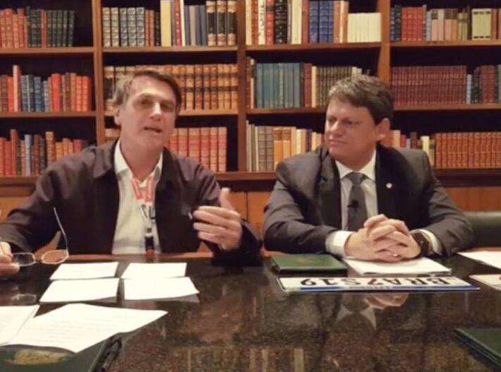 O presidente Jair Bolsonaro e o ministro Tarcísio Gomes de Freitas (Infraestrutura) em live no Facebook