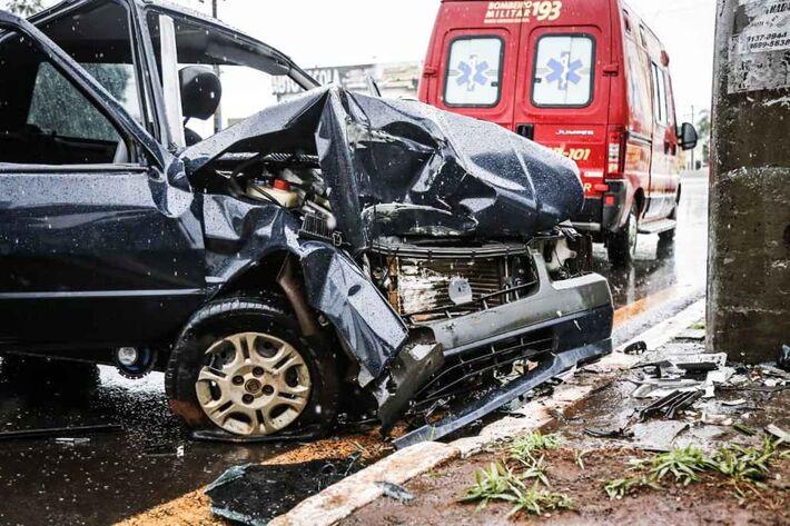 Médico ficou retido dentro do carro e foi socorrido pelos bombeiros