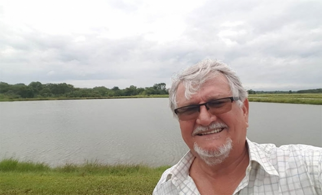 Zeca em selfie feita à margem do lago da propriedade onde cria peixes em cativeiro em Sidrolândia