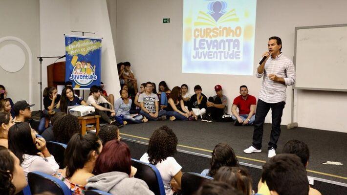 Prefeito em conversa com os participantes do programa Levanta Juventude