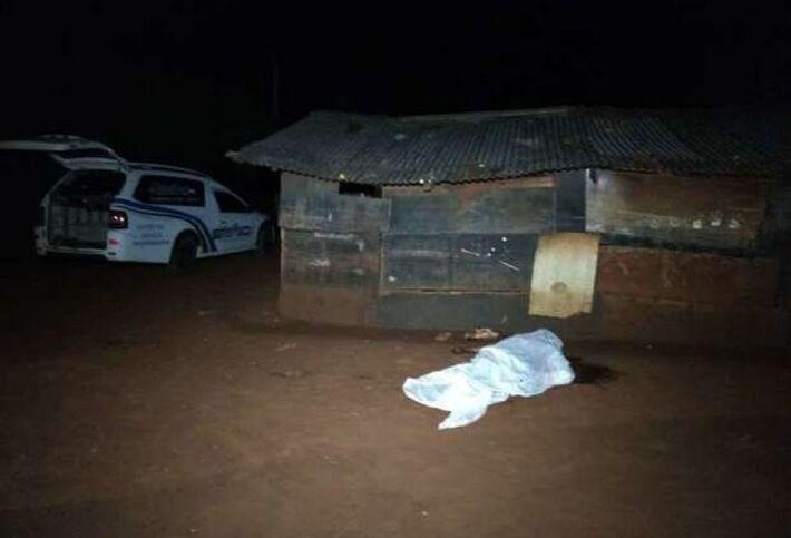 O corpo da vítima coberto com pano