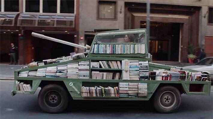 Artista percorre as ruas de Buenos Aires, na Argentina, disparando livros por todos os lados