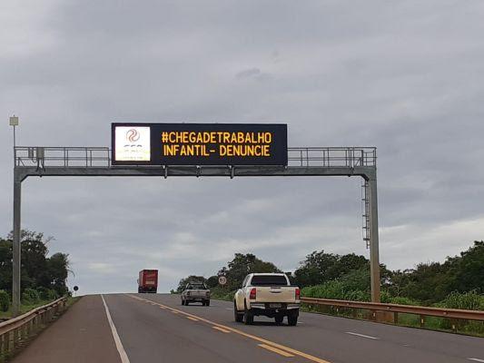 Mensagens aparecem em painéis eletrônicos ao longo da BR-163, principal rodovia federal de Mato Grosso do Sul, com 845 quilômetros de extensão