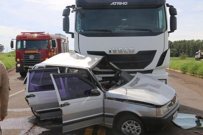 Motorista morre após carreta colidir em carro, na MS-306, em Chapadão do Sul (MS).