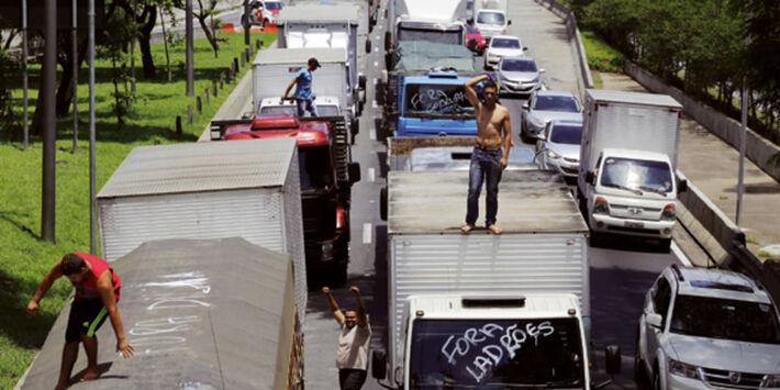 Na foto, bloqueio, em São Paulo, pedindo a saída da ex-presidente do Brasil, Dilma Rousseff