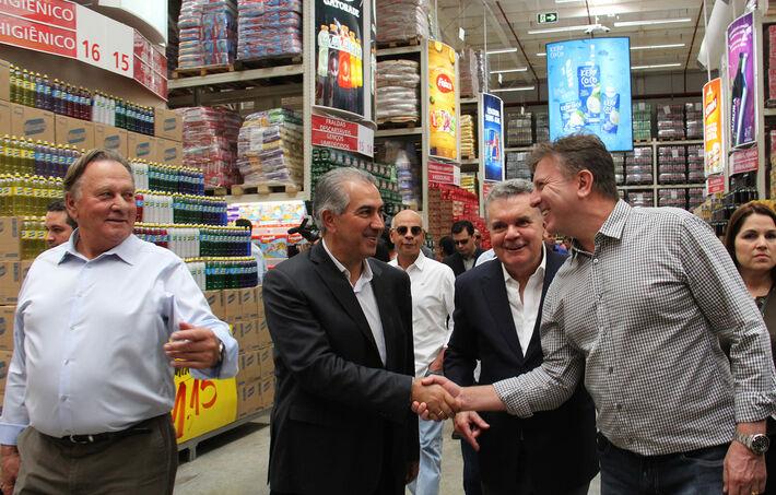 Reinaldo Azambuja e empresários do Grupo Pereira visitaram as novas dependências do supermercado