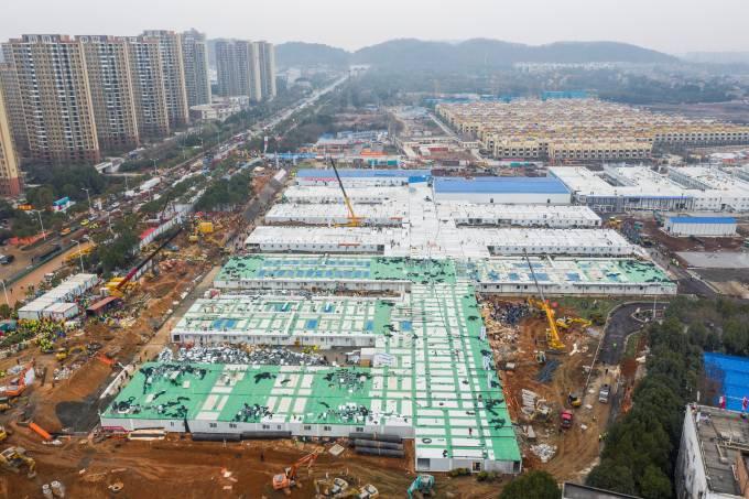 Huoshenshan: Imagens deste domingo (2/02) mostram estágio avançado de obras do novo hospital, que começou a ser erguido há 8 dias