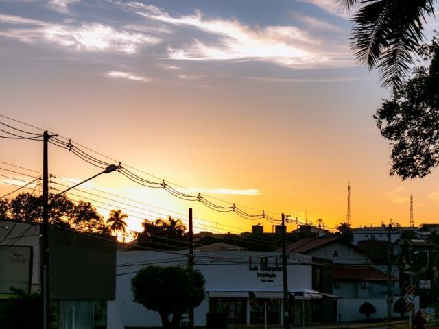 Amanhecer do dia no bairro Itanhangá Park, em Campo Grande