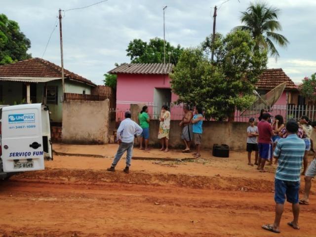 Moradores em frente à casa onde mulher foi morta pelo namorado, no distrito de Culturama